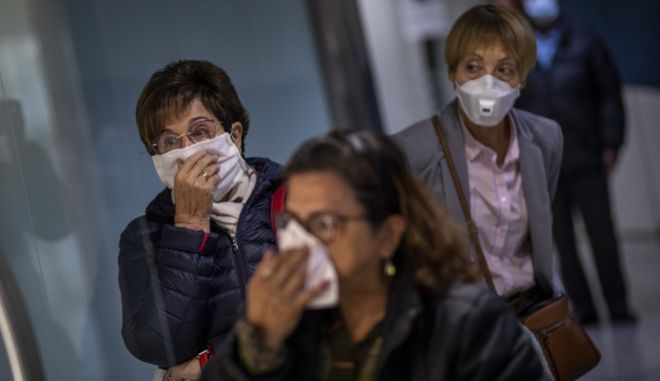 Ισπανοί πολίτες με μάσκες σε νοσοκομείο της Βαρκελώνης