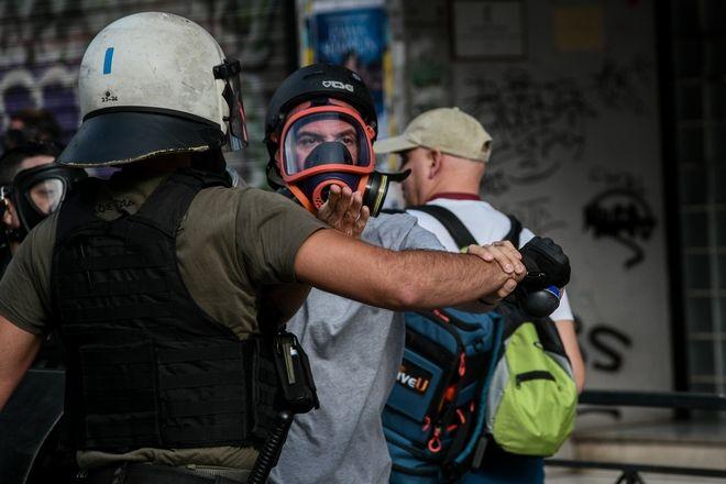 Τα ΜΑΤ απωθούν δημοσιογράφους που θέλουν να μπουν στην ΑΣΟΕΕ
