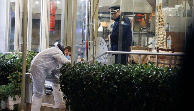 Οι αστυνομικοί ερευνούν την ταβέρνα στη Βάρη, όπου έγινε η διπλή δολοφονία