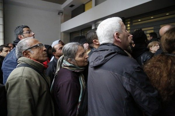ΑΘΗΝΑ-Πολίτες στέκονται σε ουρές για να κάνουν εγγραφή για το επίδομα Αλληλεγγύης υπηρεσία του δήμου Αθηναίων στην Αγίου Κωνσταντίνου.(Eurokinissi-ΣΤΕΛΙΟΣ ΜΙΣΙΝΑΣ)