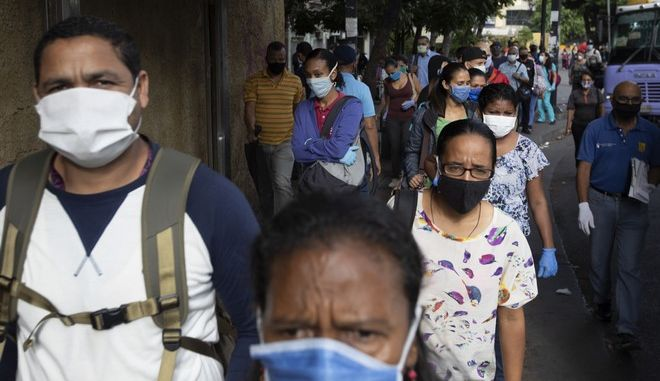 Πολίτες της Βενεζουέλας με μάσκες