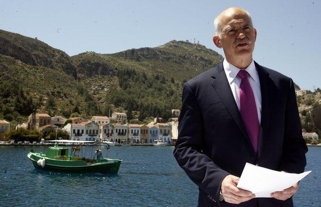 Ο τότε πρωθυπουργός Γιώργος Παπανδρέου στο Καστελόριζο τον Απρίλιο του 2010