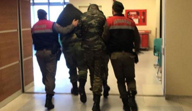 Askeri yasak bölgede yakalanan Yunanistan ordusuna mensup iki asker tutukland. Tutuklu askerler salk kontrolü için hastaneye getirildi. ( Hakan Mehmet ahin - Anadolu Ajans )