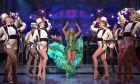 Jennifer Lopez: Κάτω από το κοστούμι, έκρυβε το θρυλικό Versace φόρεμα
