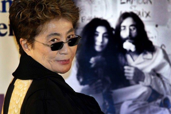 Η Γιόκο Όνο μπροστά από φωτογραφία της με τον Τζον Λένον (AP Photo/Itsuo Inouye)