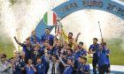 Πρωταθλήτρια Ευρώπης η Ιταλία - Στιγμιότυπο από την απονομή του τροπαίου