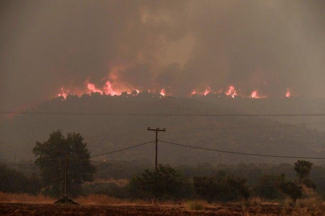 Οι κάτοικοι στα χωριά Μακρυμάλλη, Κοντοδεσπότι, Σταύρος και Πλατάνια αφήνουν τα σπίτια τους, μετά από εντολή εκκένωσης. Σε πολύ δύσβατη περιοχή η φωτιά για τις επίγειες δυνάμεις ενώ τα εναέρια μέσα επιχειρούν με μεγάλη δυσκολία λόγω των πυκνών καπνών.