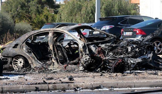 Kαμμένα αυτοκίνητα, μετά από ισχυρή έκρηξη που σημειώθηκε σε υπαίθριο πάρκινγκ με έναν τραυματία, στη λεωφόρο Βουλιαγμένης 128, στη Γλυφάδα