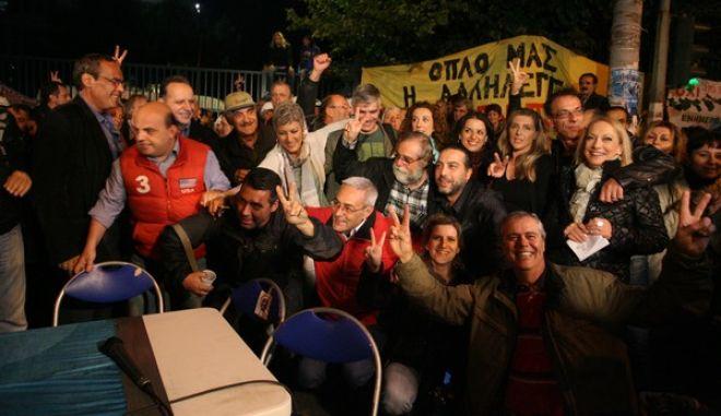 Ένταση μεταξύ των εργαζόμενων της ΕΡΤ και των ΜΑΤ που φρουρούν τις εγκαταστάσεις στο Ραδιομέγαρο της ΕΡΤ το Σλάββατο 9 Νοεμβρίου 2013. Το παρών δίνουν και οι βουλευτές του ΣΥΡΙΖΑ, Δημήτρης Παπαδημούλης, Ζωή Κωνσταντοπούλου και ο κ. Κουρουπλής, η βουλευτής τωνΑΝΕΛ Ραχήλ Μακρή. Το στιγμιότυπο από το δελτίο ειδήσεων που έβγαλαν για τρίτη ημέρα οι εργαζόμενοι από το προαύλιο του Ραδιομεγάρου της ΕΡΤ με παρουσιάστρια την Αγλαΐα Κυρίτση  (EUROKINISSI/ΤΑΤΙΑΝΑ ΜΠΟΛΑΡΗ)