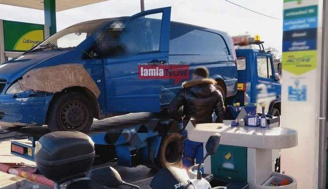 Στιγμιότυπο από το βαν πάνω στο φορτηγάκι της οδικής βοήθειας στο βενζινάδικο