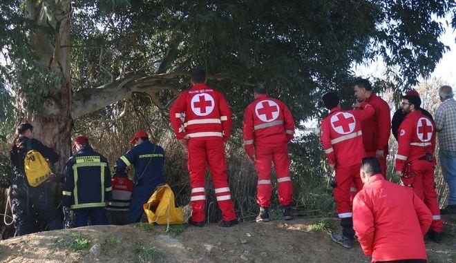 Άνδρες της ΕΜΑΚ σε επιχείρηση διάσωσης
