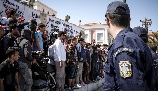 Αφγανοί πρόσφυγες στην πλατεία Σαπφούς στη Μυτιλήνη