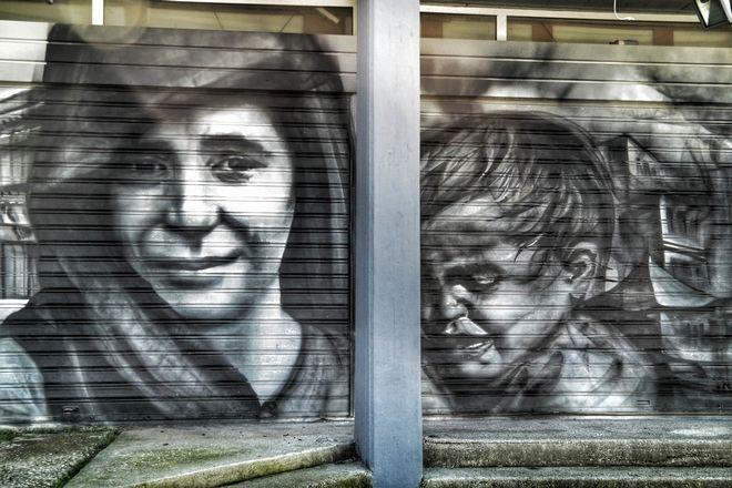 Γκράφιτι με θέμα την σφαγή στο Δίστομο, σε τοίχο στην Αθήνα