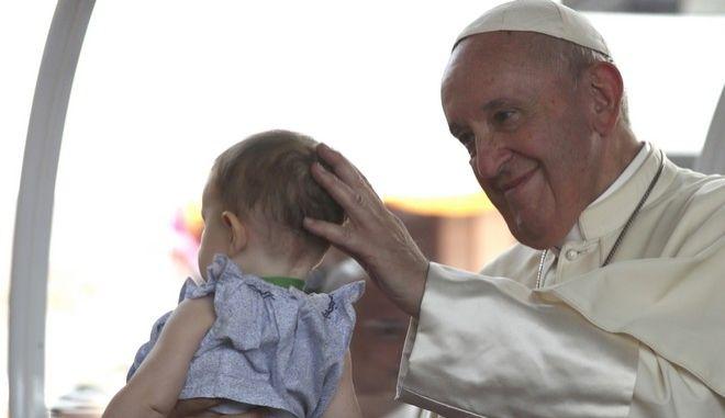Ο πάπας Φραγκίσκος αγγίζει το κεφάλι ενός παιδιού σε νοσοκομείο της Μπανγκόνγκ στην Ταϊλάνδη. Έστειλε μήνυμα κατά της σεξουαλικής κακοποίησης ανηλίκων