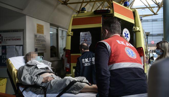 """Διακομιδή ασθενή από ασθενοφόρο του ΕΚΑΒ στο νοσοκομείο """"Ευαγγελισμός"""" την Πέμπτη 12 Νοεμβρίου 2020."""