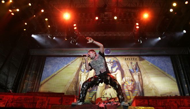 "FILE - In this March 3, 2009 file photo lead singer Bruce Dickinson of the heavy metal rock band Iron Maiden performs during their ""Somewhere Back In Time"" tour in Alajuela, Costa Rica. (AP Photo/Kent Gilbert) ** zu unserem Rockpop-Paket **"