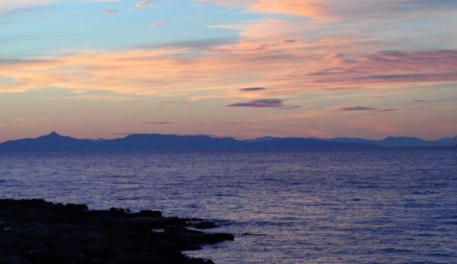 Ηλιοβασίλεμα στην θάλασσα σε περιοχή της Σαρωνίδας