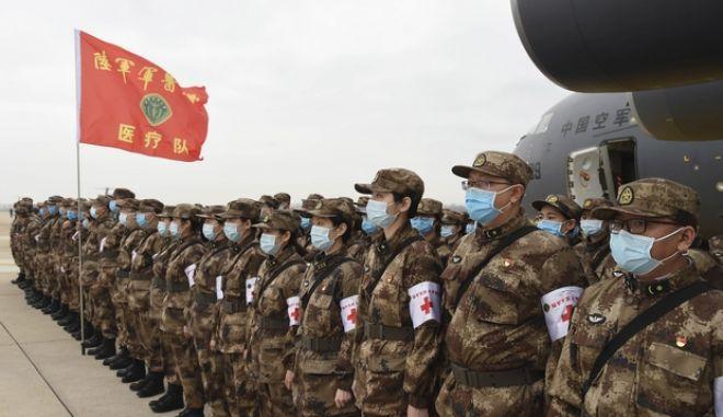 Γιατροί του κινεζικού στρατού στη Γουχάν