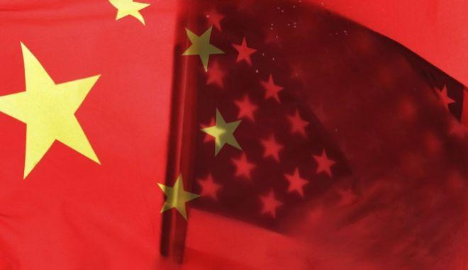 H κινεζική και η αμερικανική σημαία