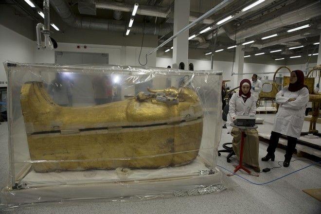 Η υπό αποκατάσταση σαρκοφάγος του Τουταγχαμών που παρουσιάστηκε από την Αίγυπτο