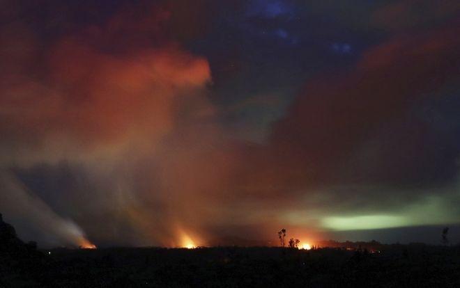 Πήδακες λάβας στον σκοτεινό ουρανό, στην ανατολική κορυφή του ηφαιστείου Κιλαουέα, στη Χαβάη