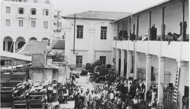 Εβραίοι φυγάδες εγκαταλείπουν τα σπίτια τους στη συνοικία Κάμπελ της Θεσσαλονίκης φοβούμενοι κι άλλες επιθέσεις, 29 Ιουνίου 1931.
