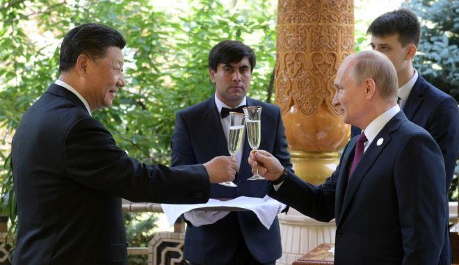 Ο Ρώσος ηγέτης Βλαντιμίρ Πούτιν και ο  ο πρόεδρος της Κίνας Σι Τζινπίνγκ