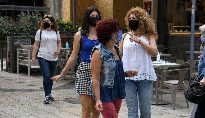 Άνθρωποι στους δρόμους της Πάτρας