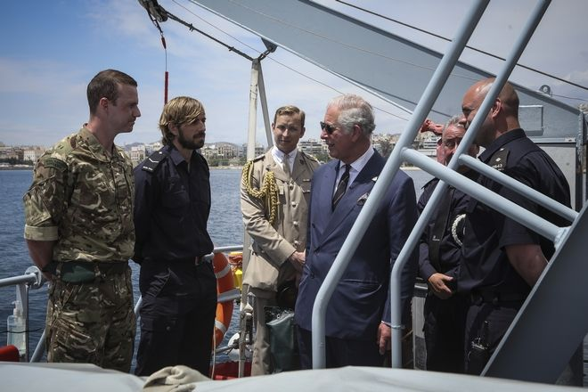 Ο πρίγκηπας Κάρολος με μέλη του πληρώματος του HMS Echo