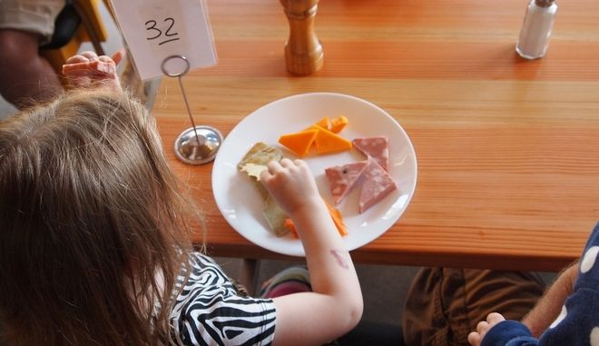Παιδιά τρώνε το φαγητό τους (φωτογραφία αρχείου)