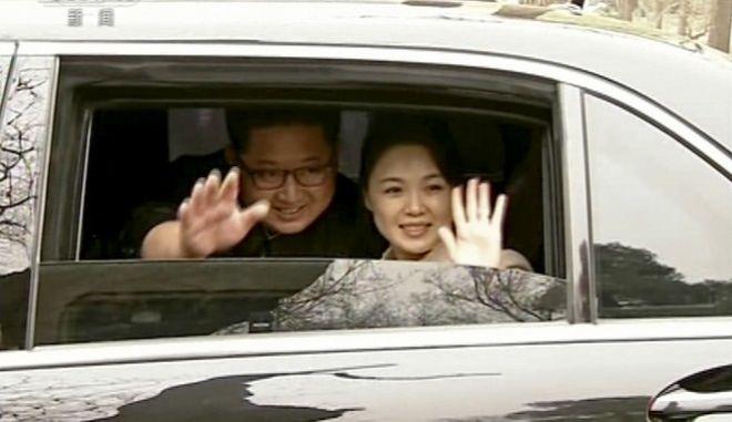 Ο Κιμ Γιονγκ Ουν με τη σύζυγό του στην Κίνα (CCTV via AP Video, File)