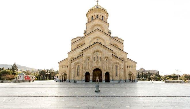 Ο κόσμος πλημμύριζε τον καθεδρικό Ναό Αγάς Τριάδος της Τιφλίδας. Πλέον, ο χώρος έξω από τον ναό είναι άδειος