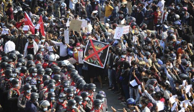 Διαδηλωτές αντιμετωπίζουν αστυνομικούς στο Νάι Πι Τάου της Μιανμάρ