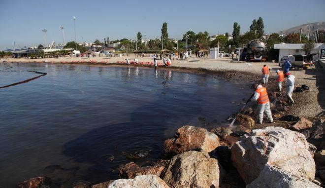 """Εργασίες απορύπανσης στην παραλία Ζέρβα στην Γλυφάδα, απο το ναυάγιο του πετρελαιοφόρου """"Αγία Ζώνη 2"""" που ρύπανε με πετρέλαιο τον Σαρωνικό και παραλίες της νοτιοδυτικ΄΄ης Αττικής την Παρασκευή 15 Σεπτεμβρίου 2017. (EUROKINISSI/ΓΙΑΝΝΗΣ ΠΑΝΑΓΟΠΟΥΛΟΣ)"""