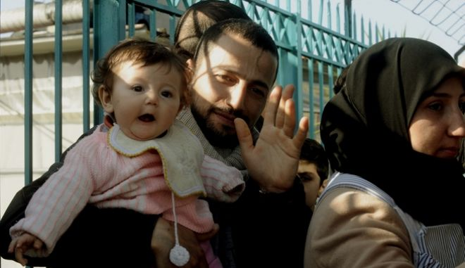 Περίπου 1200 μετανάστες και πρόσφυγες έφτασαν το πρωί στο λιμάνι του Πειραιά.Η αστυνομία επέτρεψε την επιβίβαση σε πούλμαν γα την Ειδωμένη,μόνο σε Ιρακινούς και Σύριους πρόσφυγες και μετανάστες που διέθεταν ταξιδιωτικά έγγραφα.Κλιμάκιο της υπηρεσίας αλλοδαπών αλλά και της Ελληνικής Αστυνομίας,έκαναν έλεγχο πρίν και μετά την επιβίβασή τους στα πούλμαν των πρακτορείων,Τρίτη 23 Φεβρουαρίου 2016 (EUROKINISSI/ΤΑΤΙΑΝΑ ΜΠΟΛΑΡΗ)