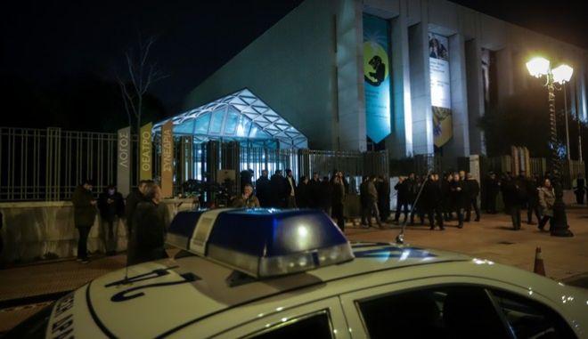 """Αστυνομικοί έξω από το Μέγαρο Μουσικής όπου πραγματοπιείται η εκδήλωση """"Το στοίχημα της Συμφωνίας των Πρεσπών"""""""