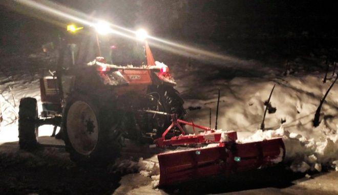 Μηχανήματα ανοίγουν τον επαρχιακό δρόμο λόγω των χιονοπτώσεων