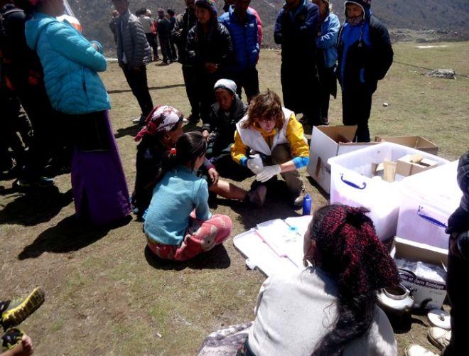 Συγκλονιστική μαρτυρία νοσοκόμας στο Νεπάλ: Δεν μπορώ να διανοηθώ όσα βλέπω. Άνθρωποι με μολυσμένα τραύματα, ακόμη και με σκουλήκια