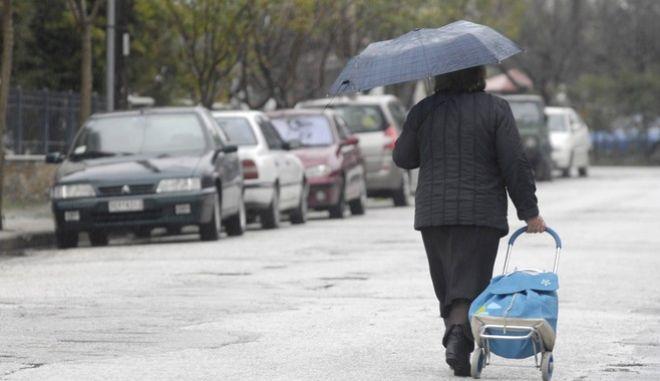 Νέα επιδείνωση του καιρού στην Θεσσαλία, με κύρια χαρακτηριστικά την πτώση της θερμοκρασίας (στις 2 το μεσημέρι της Δευτέρας 12 Μαρτίου 2012, το θερμόμετρο έδειχνε 4,5 βαθμούς Κελσίου στην πόλη των Τρικάλων), τις ισχυρές βροχές και καταιγίδες στις πεδινές περιοχές και χιόνια στα ορεινά. (EUROKINISSI // ΘΑΝΑΣΗΣ ΚΑΛΛΙΑΡΑΣ)