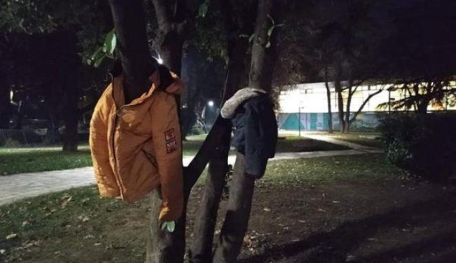 Έδεσσα: Μπουφάν στα δέντρα για να μη μείνει κανείς στο κρύο