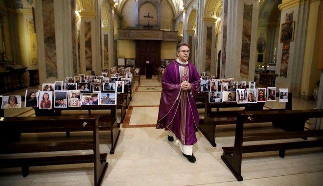 Ιταλός ιερέας κάνει λειτουργία σε εκκλησία γεμάτη από φωτογραφίες πιστών!
