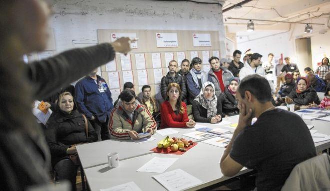 Γερμανία: Υποχρεωτικά τα γερμανικά για τους πρόσφυγες. Όσοι αρνούνται θα απελαθούν