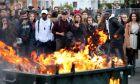 Mαθητές μπροστά από φλεγόμενο κάδο