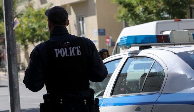 Αστυνομικός πλάι στο περιπολικό (φωτογραφία αρχείου)