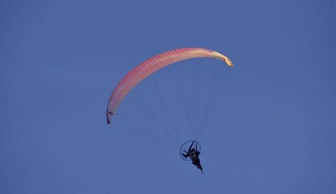 Εικόνα ανεμοπτεριστή στον ουρανό (Φωτό Αρχείου)