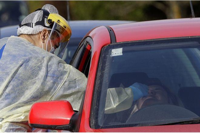 Ιατρικό προσωπικό κάνει τεστ για COVID-19 σε έναν διερχόμενο οδηγό, στο Christchurch της Νέας Ζηλανδίας, 13 Αυγούστου 2020.