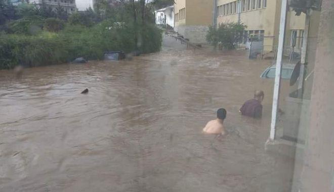"""Άνθρωποι """"κολυμπούν"""" στο Σωτηρία"""