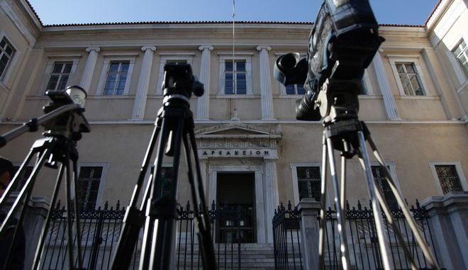 Κάμερες έξω από το Συμβούλιο της Επικρατείας την Παρασκευή 13 Ιανουαρίου 2017, όπου δόθηκε στη δημοσιότητα η ανακοίνωση του Συμβουλίου της Επικρατείας επί των προσφυγών των τηλεοπτικών σταθμών για τη συνταγματικότητα του νόμου Παππά. (EUROKINISSI/ΓΙΑΝΝΗΣ ΠΑΝΑΓΟΠΟΥΛΟΣ)