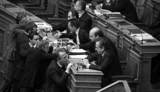 Ο πρωθυπουργός Αντ. Σαμαράς δέχεται τα συγχαρητήρια βουλευτών μετα το τέλος της ψηφοφορίας για τους πλειστηριασμούς στην Ολομέλεια της Βουλής το Σάββατο 21 Δεκεμβρίου 2013. (EUROKINISSI/ΓΙΩΡΓΟΣ ΚΟΝΤΑΡΙΝΗΣ)