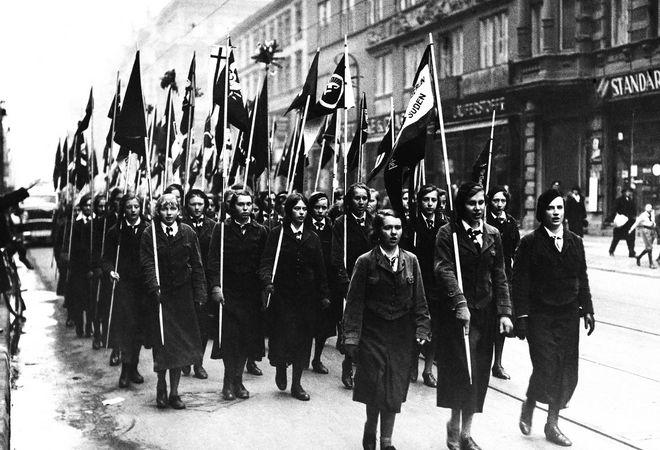 Η Γυναικεία ναζιστική νεολαία επιδεικνύει με τις σημαίες στους δρόμους του Βερολίνου, τη νίκη του ναζιστικού κόμματος